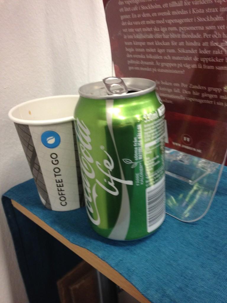Under mässan lever man på Coca Cola & kaffe.